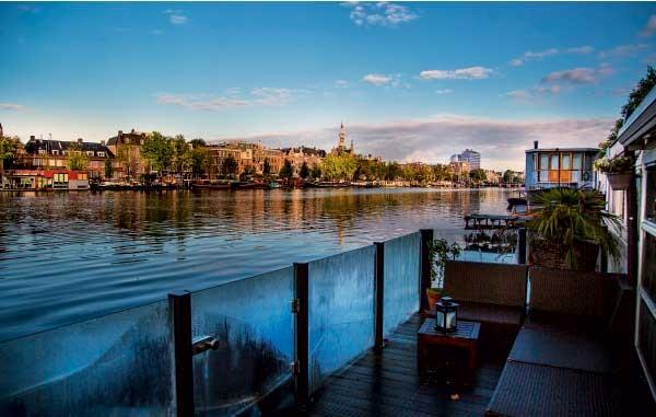 Vista da  varanda flutuante, no canal Amstel (Foto: Rogério Voltan)