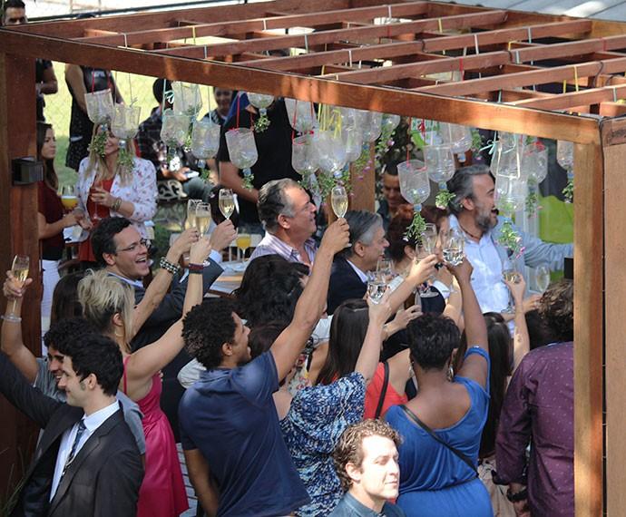 Animados, os convidados erguem as taças e brindam a inauguração do Cebola Brava (Foto: Ariane Ducati/Gshow)