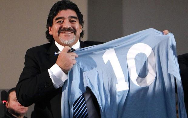 Maradona em Napolés (Foto: Agência Reuters)