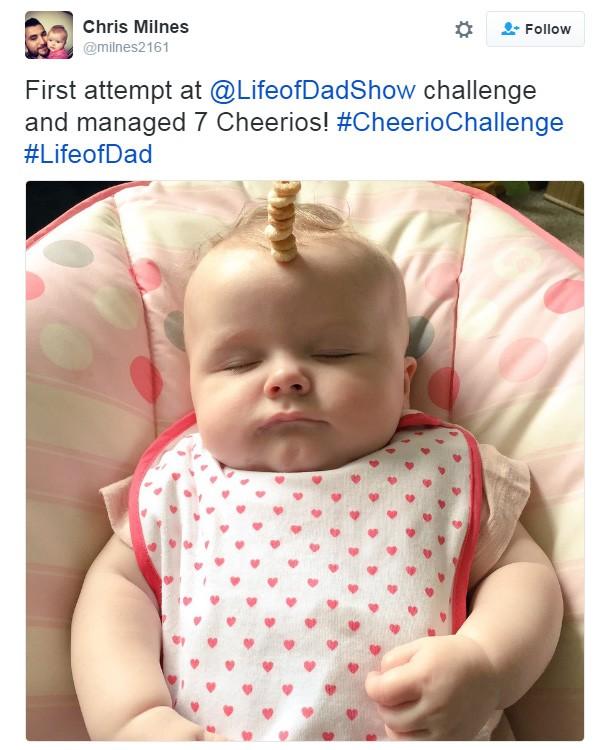 'Primeira tentativa e consegui empilhar 7 'cheerios'', disse pai sobre o #CheerioChallenge (Foto: Reprodução/Twitter)