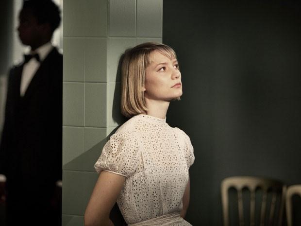 Mia Wasikowska em cena de 'O duplo' (Foto: Divulgação)