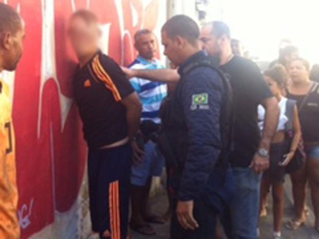 Suspeito foi levado pela Polícia Civil após revolta de populares. (Foto: Jorge Antônio Bastos/ Arquivo pessoal)