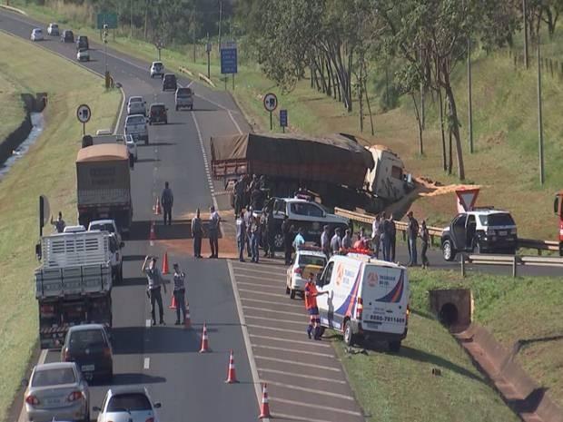 Trânsito no trecho da rodovia ficou interditado durante o dia (Foto: Reprodução / TV TEM)