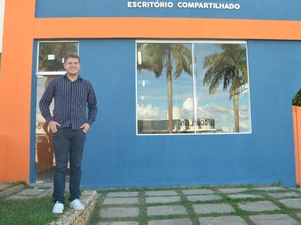 Empreendedor Hermann Teschi em frente ao escritório compartilhado de Ji-Paraná, RO (Foto: Marco Bernardi/G1)