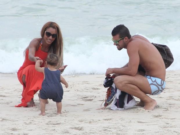 Bruno Miranda e Ana Paula Evangelista em praia na Zona Sul do Rio (Foto: Rodrigo dos Anjos/ Ag. News)