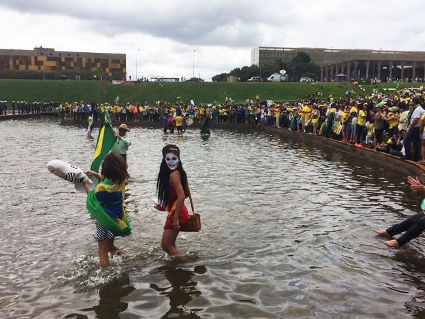 Manifestantes pró-impeachment entram no espelho d'água do Congresso Nacional  (Foto: Filipe Matoso/G1)