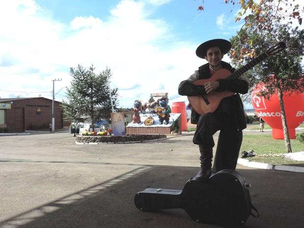 Jovem mantém forte tradição através da música nativista  (Foto: Géssica Valentini/G1)