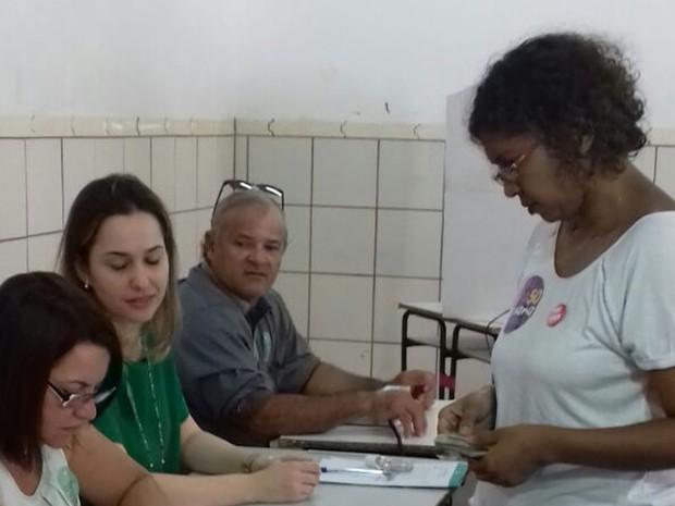 Candidata à prefeita Rosana Santos (PSOL) vota em Campo Grande MS (Foto: Ellen Rocha/TV Morena)