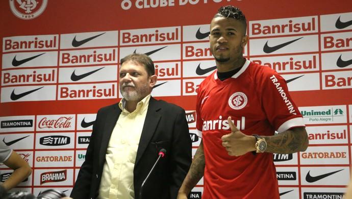 Léo é apresentado no Inter (Foto: Diego Guichard/GloboEsporte.com)