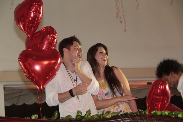 Casal recebeu surpresa dos fãs (Foto: Isac Luz/EGO)