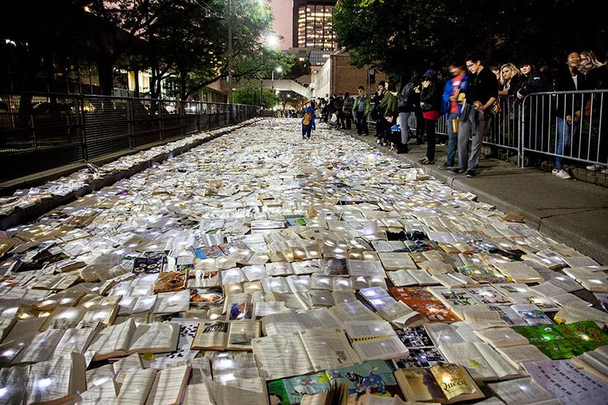 Artistas inundam as ruas do Canadá com 10 mil livros iluminados