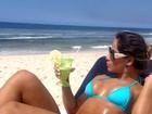 Ah, o verão... Mayra Cardi posa de biquininho em praia