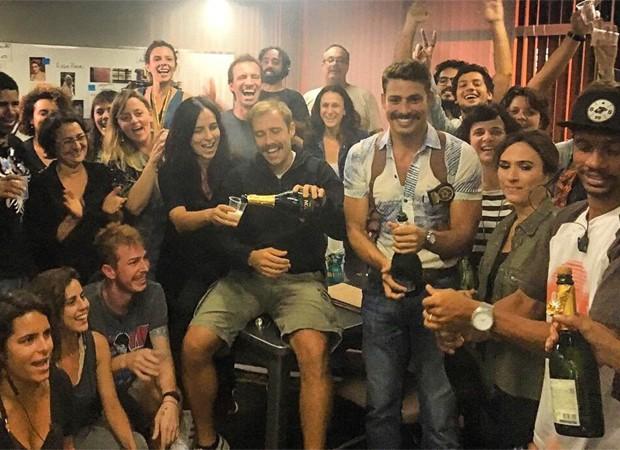 Cauã e Tatá brindam com equipe de 'A Dupla' (Foto: Reprodução/Instagram)