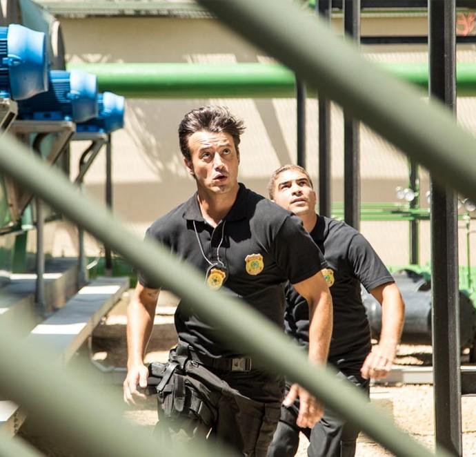Agentes da Polícia Federal tentam alcançar Gibson... (Foto: Fabiano Battaglin/Gshow)