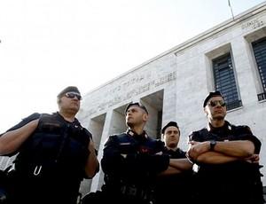 Policiais torcedores esfaqueados em Napoles (Foto: Reprodução)