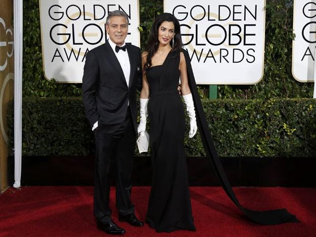 O ator George Clooney e sua esposa, Amal Clooney, posam no tapete vermelho do Globo de Ouro 2015, que aconteceu em Bervely Hills neste domingo (11) (Foto: Mario Anzuoni/Reuters )