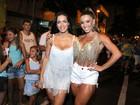 Andréa de Andrade, de shortinho, chama a atenção pelas coxas saradas