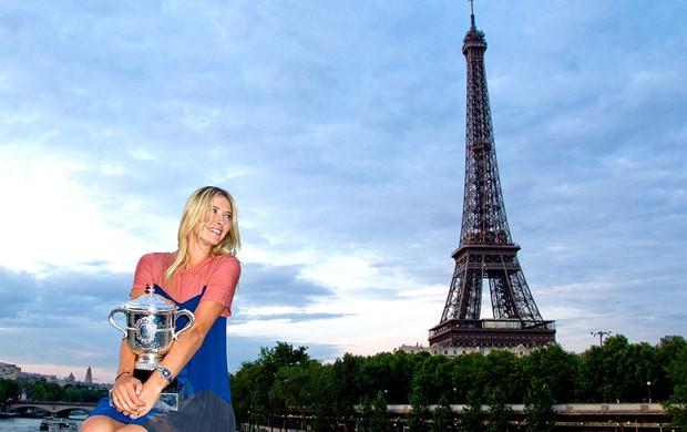 Maria Sharapova posa com a taça de Roland Garros (Foto: Reuters)