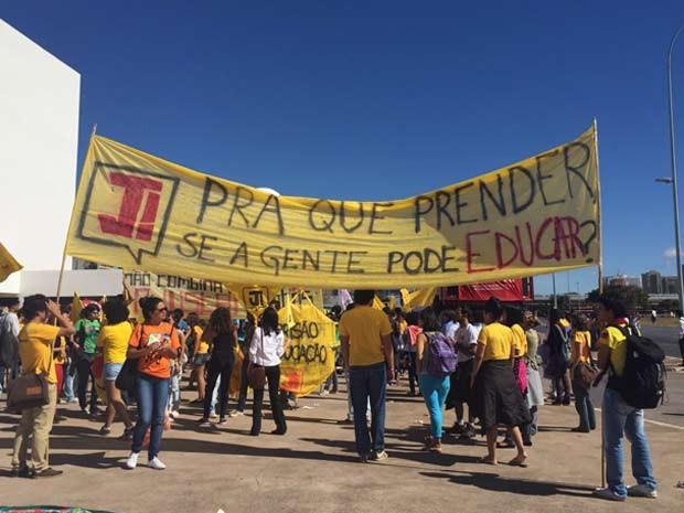 Estudantes em frenteb ao Museu da República, em Brasília, pouco antes de início de marcha contra a redução da maioridade penal (Foto: Luciana Amaral/G1)