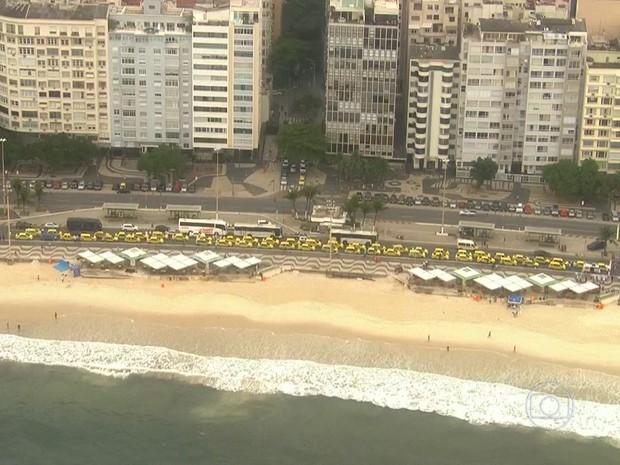 Motoristas se concentravam na Avenida Altântica desde as 6h30 desta quarta (Foto: Reprodução / TV Globo)