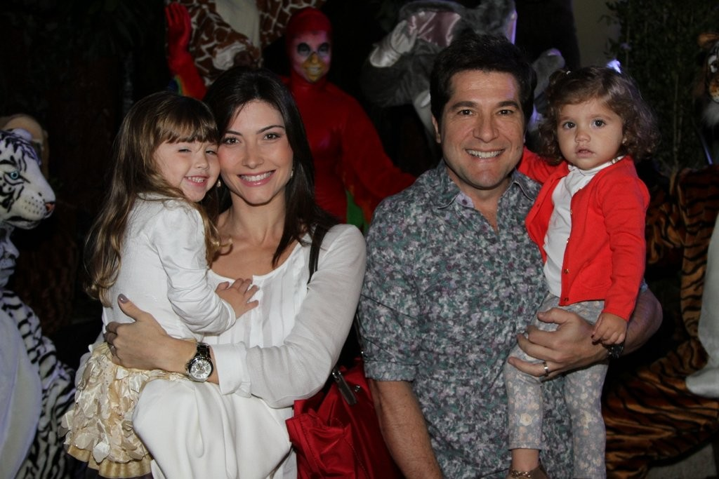 Daniel com a mulher, Aline, e as filhas,  Luiza e Lara (Foto: Leo Franco e Thiago Duran/AgNews)