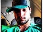 Ex-BBB André Martinelli posta foto em avião e exibe visual cansado