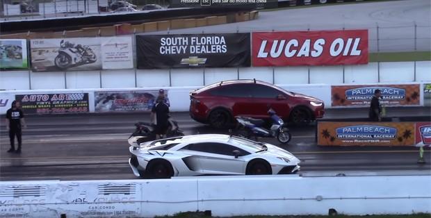 O Model X ao lado da Aventador (Foto: Reprodução/YouTube)