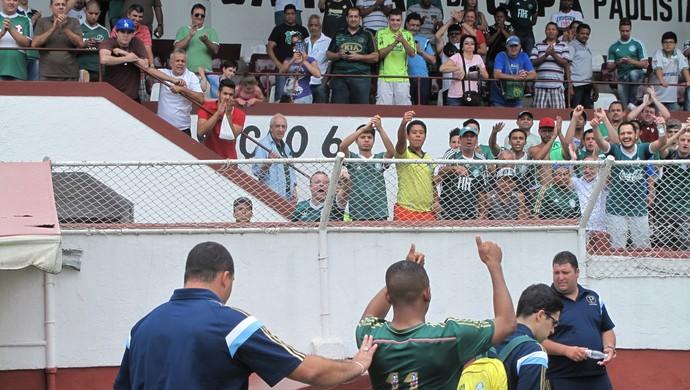 Gabriel Fernando acena para a torcida após vitória na Javari (Foto: Rodrigo Faber)