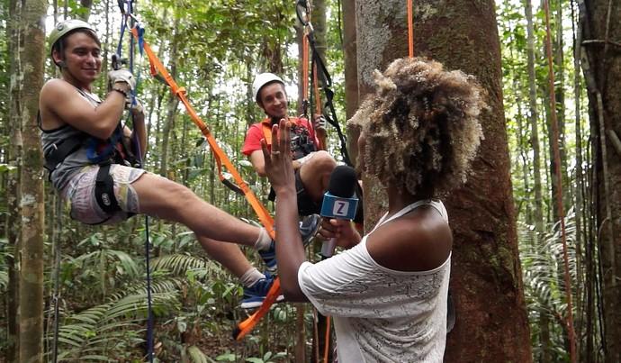 Titia Tal Qual e apresentador Moacyr Massulo escalam árvore (Foto: Rede Amazônica)