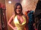 Com o corpo pintado, Andressa Urach usa vestido do Brasil em show