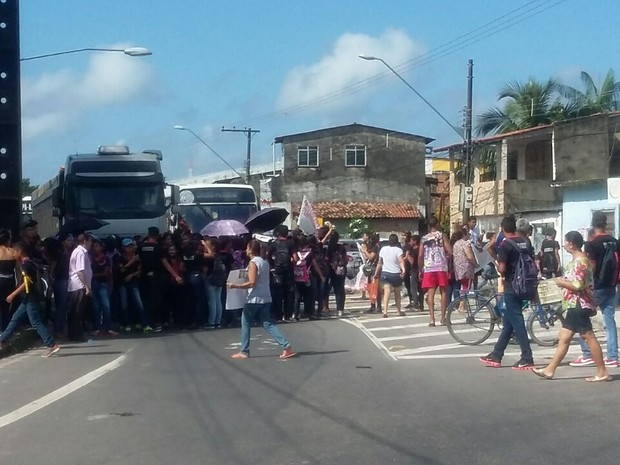 Manifestantes chegaram a interditar via. terra Firme Tucunduba (Foto: Anna Cristina Campos/ TV Liberal)