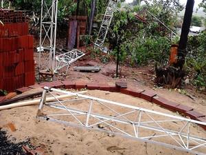 Torre também caiu durante o temporal (Foto: Cláudio Roberto da Silva/Cedida)
