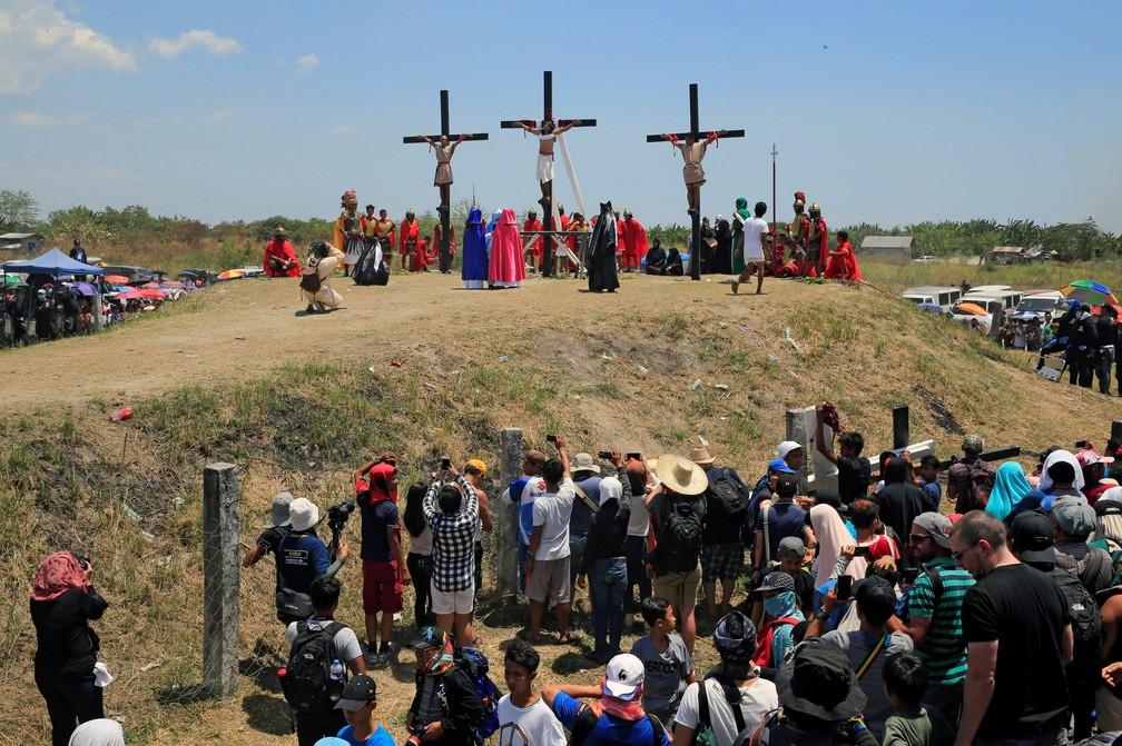 Fieis acompanham encenação da Paixão de Cristo nas Filipinas (Foto: REUTERS/Romeo Ranoco)