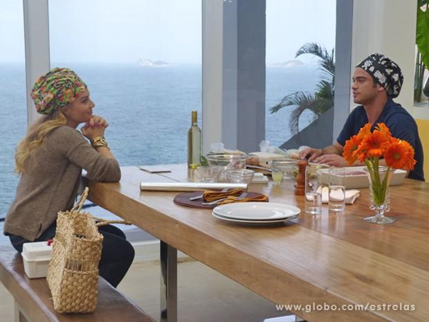 Enquanto separa os ingredientes da rua receita, Sidney conversa com Angélica (Foto: Estrelas/TV Globo)