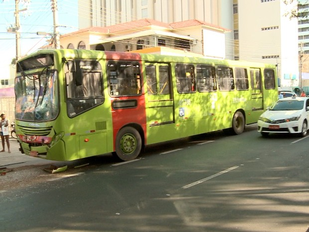 Colisão entre ônibus na Av Frei Serafim complicou o trânsito em Teresina (Foto: Reprodução/TV Clube)