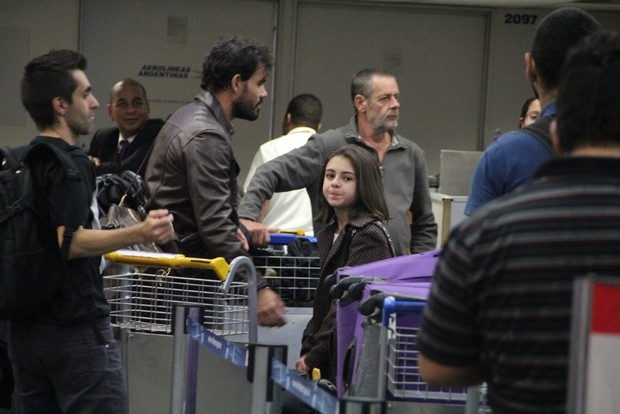 Juliano Cazarré e Klara Castanho aguardam na fila do check in (Foto: Rodrigo dos Anjos/Ag News)