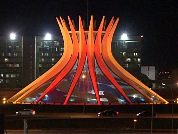 Catedral Metropolitana de Brasília com iluminação especial, em preto, vermelho e amarelo em evento recente  (Foto: TV Globo/Reprodução)