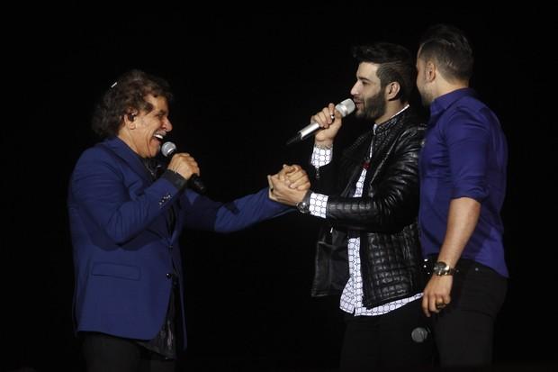 Gusttavo Lima com Matogrosso e Mathias (Foto: Celso Tavares/EGO)