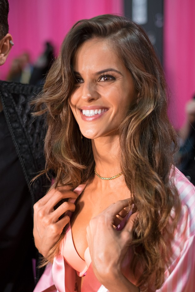 Izabel Goulart nos bastidores do Victoria's Secret Fashion Show (Foto: Getty Images)