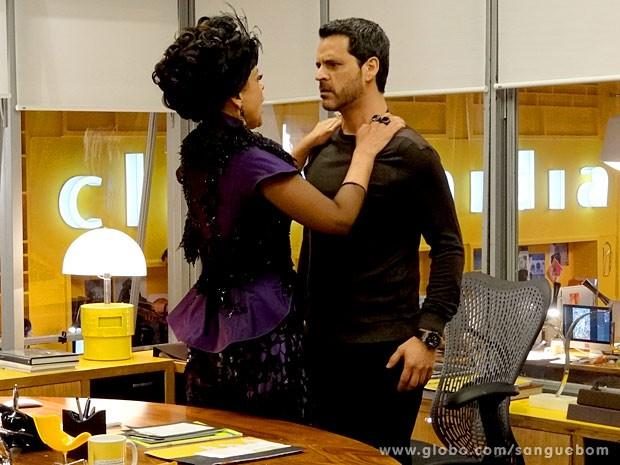 Bárbara Ellen invade o escritório de Natan (Foto: Sangue Bom / TV Globo)