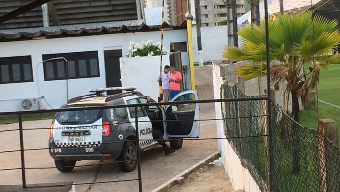 Protesto ABC torcida jogadores carro da PM (Foto: Rodrigo Oliveira)