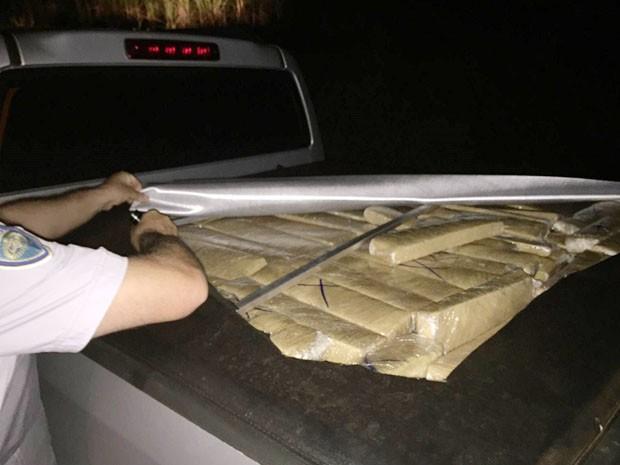 Veículo estava estacionado às margens da rodovia. Motorista não foi localizado. (Foto: Polícia Rodoviária/Divulgação)