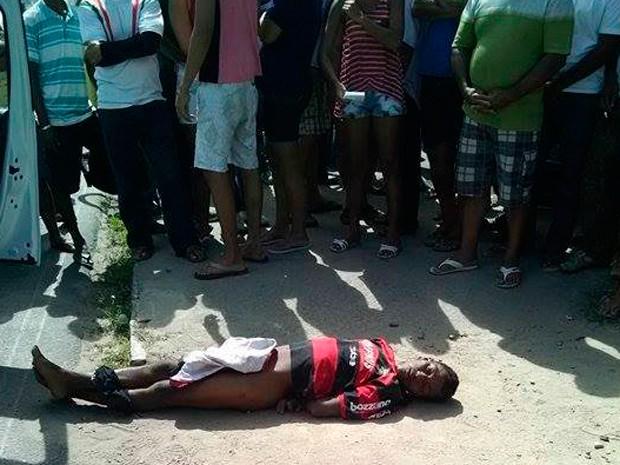 Suspeito foi encontrado espancado em frente ao Hospital Deoclécio Marques, em Parnamirim (Foto: Jacson Damasceno/Blog do Jacson Damasceno)
