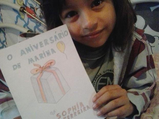 """""""O aniversário de Marina"""" escrito por Sophia foi confeccionado de forma bem artesanal e narra uma festa surpresa feita pelos amiguinhos à personagem (Foto: Reprodução/ Arquivo Pessoal)"""