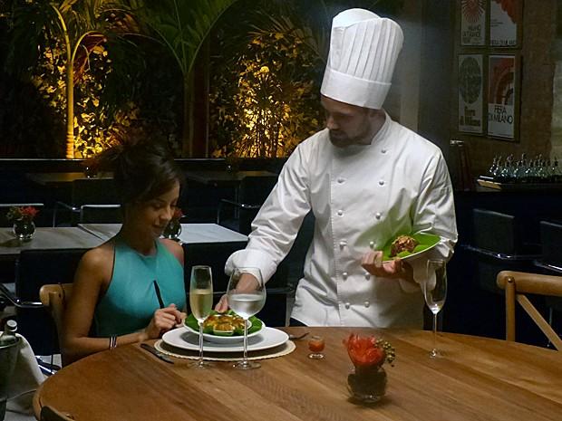 Vicente serve os novos pratos do restaurante (Foto: Gshow)