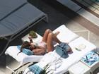 Luana Piovani esconde o barrigão ao tomar sol no Copacabana Palace