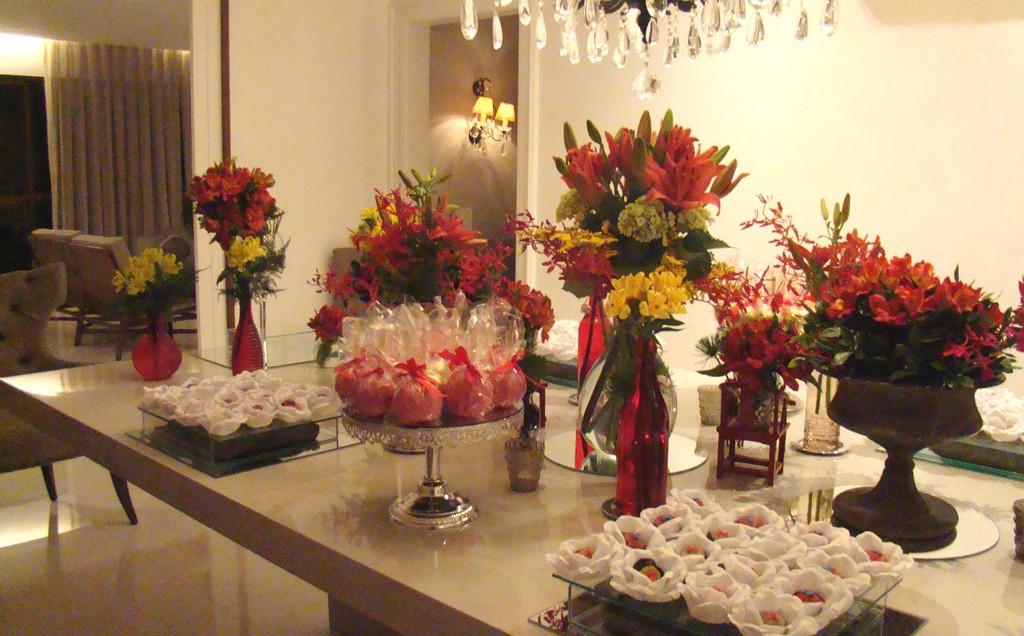 Como decorar a mesa com flores para eventos em casa Casa GNT -> Como Decorar Mesa De Aniversario Com Flores