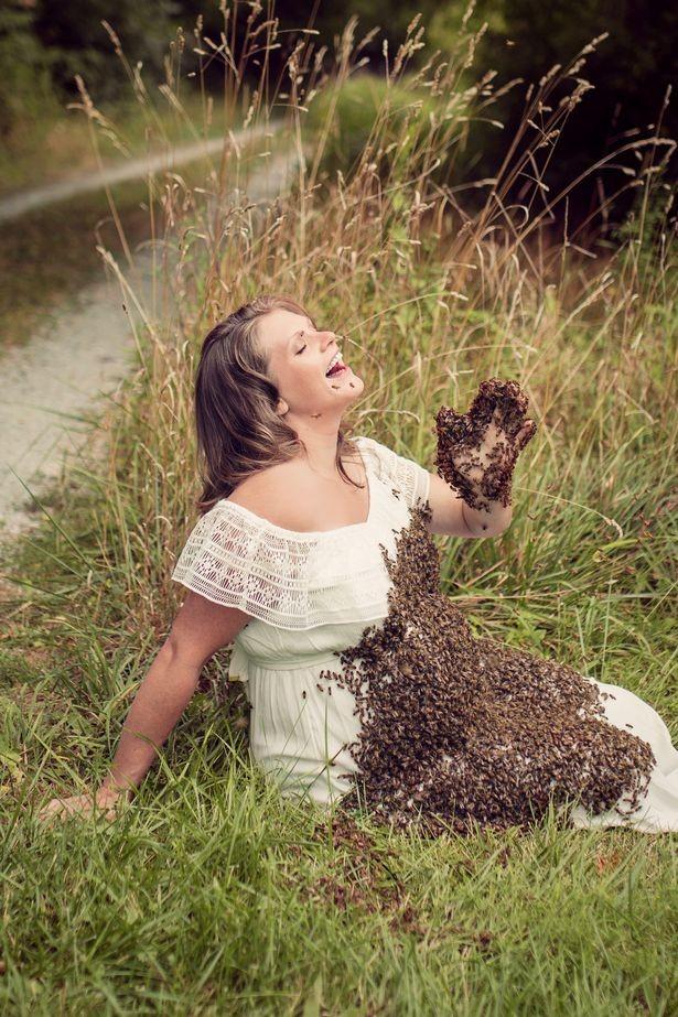 As fotos foram tiradas com mais de 20 mil abelhas (Foto: Reprodução Facebook)