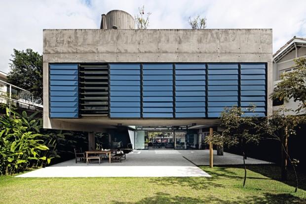 No bairro de Pinheiros, em São Paulo, a casa de concreto armado, projetada pelo escritório MMBB, tem o volume com 6 m em balanço fechado na lateral por painéis de vidro protegidos por brises de laminado (Foto: Maíra Acayaba / Editora Globo)