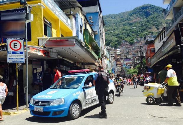 Apesar da presença da polícia, moradores relatam tiroteios constantes na comunidade. (Foto: Renata Soares / G1)